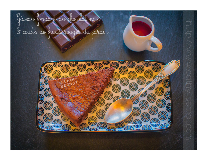 Gâteau au chocolat et coulis de fruits rouges